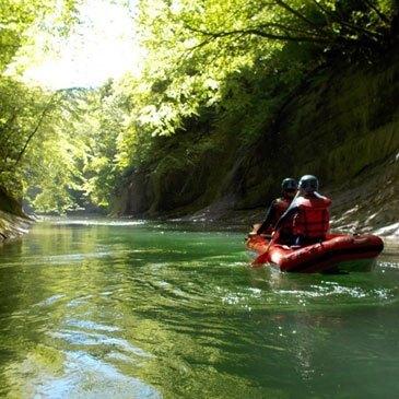 Descente facile en Canoë Raft sur le Chéran en Savoie