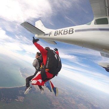 saut en parachute la tranche sur mer