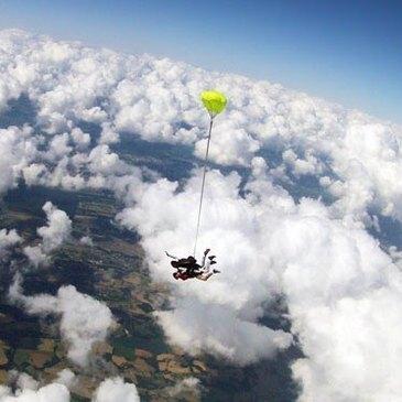Aérodrome de Lasclaveries, à 50 min de Tarbes, Hautes pyrénées (65) - Saut en parachute